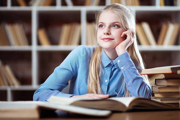Девочка слушает, как делать бизнес-проекты.